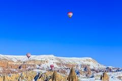 Globos del vuelo sobre las montañas Capadocia Turquía Imágenes de archivo libres de regalías