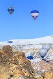 Globos del vuelo sobre las montañas en la puesta del sol Capadocia Turquía Fotos de archivo