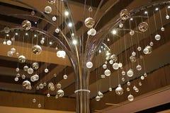 Globos e árvore claros de brilho Fotos de Stock Royalty Free