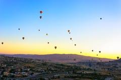 Globos en Cappadocia, Turqu?a del aire caliente fotografía de archivo