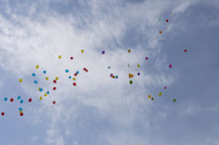 Globos en el cielo contra las nubes Fotos de archivo