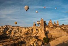 Globos en el cielo sobre Cappadocia Foto de archivo libre de regalías