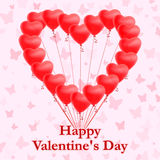 Globos en forma de corazón rojos en fondo rosado con las mariposas Tarjeta de felicitación Foto de archivo libre de regalías