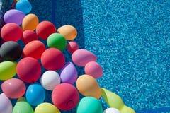 Globos en la piscina fotografía de archivo libre de regalías