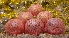 Globos festivos en fondo del bokeh de la malla brillante y de la guirnalda coloreada que riela Escena por el Año Nuevo o metrajes