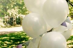 Globos grandes blancos con la guirnalda al aire libre, el adorno y el arrangeme Fotos de archivo