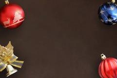 Globos ondulados azules y rojos de la Navidad, campana decorativa en b oscuro Fotos de archivo libres de regalías