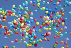Globos que vuelan en el cielo Fotos de archivo
