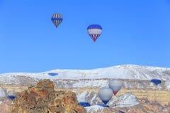 Globos que vuelan sobre las montañas Capadocia Turquía Fotografía de archivo