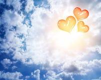 Globos rojos del corazón en el cielo Fotografía de archivo libre de regalías
