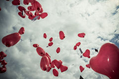 Globos rojos en el cielo imágenes de archivo libres de regalías