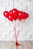 Globos rojos en el cuarto Foto de archivo libre de regalías