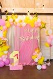 Globos rosados, amarillos y blancos en un fondo rosado suave Inscr foto de archivo