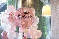 Globos rosados Globos del helio en la decoración del rosa y blanca para fotografía de archivo libre de regalías