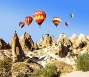 Globos sobre el paisaje volcánico de la montaña de Cappadocia Imagenes de archivo