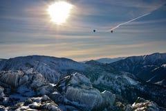 Globos sobre la montaña nevosa de Tatra durante puesta del sol Fotografía de archivo