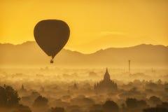 Globos sobre los templos budistas en la salida del sol en Bagan Imagenes de archivo
