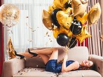 Globos sonrientes encantados de la señora de la fiesta de cumpleaños fotos de archivo