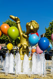 globos y fuente en parque de atracciones Imagen de archivo