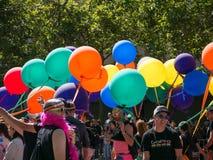Globos y manifestantes en 2017 SF Pride Parade imagen de archivo libre de regalías