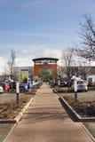 Globus大型超级市场在商店前面的公司商标2017年2月25日在布拉格,捷克共和国 免版税库存图片