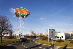 Globus大型超级市场在商店前面的公司商标2017年2月25日在布拉格,捷克共和国 免版税库存照片