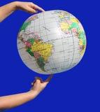 Globus in handen Royalty-vrije Stock Foto's