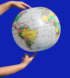 Globus in mani Fotografie Stock Libere da Diritti