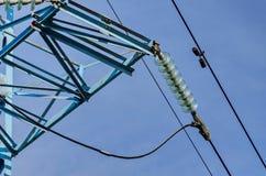 Glockenförmige Isolatorkette der elektrischen Hochspannungsleitung Stockbild