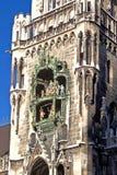 Glockenspiel на здание муниципалитет Мюнхен Стоковое фото RF