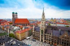 Glockenspiel de Neues Rathaus, Bavière de Frauenkirche Images libres de droits
