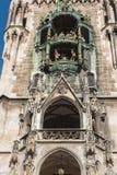 Glockenspiel en la fachada del ayuntamiento de Munich Imagen de archivo