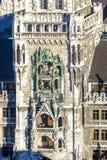 Glockenspiel en nuevo ayuntamiento en Munich Fotos de archivo
