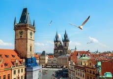 Glockenspiel- und Tynsky-Kathedrale lizenzfreies stockbild