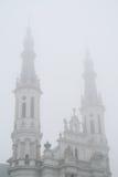 Glockentürme der Kirche des heiligsten Retters in Warschau im Nebel stockfotografie