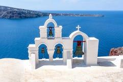 Glockentürme der traditionellen Kirche in Oia, Santorini-Insel, Griechenland stockbilder