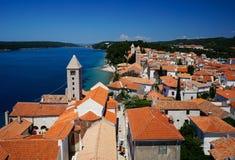 Glockentürme und mit Ziegeln gedeckte Dächer von Rab Town, Kroatien Stockfoto