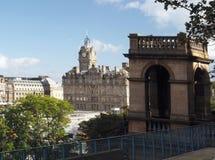 Glockenturm über historischem Hotel an Waverley-Station, Edinburgh, Stockfotos