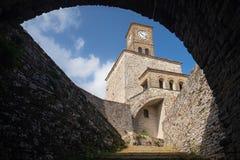 Glockenturm in Albanien lizenzfreie stockbilder