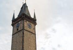 Glockenturm, altes historisches Gebäude Teil des Komplexes - eine astronomische Uhr der alte Turm auf dem alten Marktplatz Tschec Stockbild