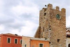 Glockenturm auf 9. von April Square in Taormina Stockbilder