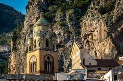 Glockenturm der Amalfi-Kathedrale eingeweiht dem Apostel St Andrew im Marktplatz Del Duomo in Amalfi Italien lizenzfreies stockfoto