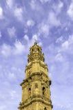 Glockenturm der Clerigos-Kirche im bewölkten Hintergrund des blauen Himmels Lizenzfreie Stockfotografie