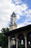 Glockenturm in der Mitte u. im x28; Fokus auf clock& x29; , Tirana, Albanien lizenzfreies stockfoto