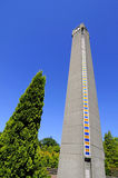 Glockenturm gegen Baumturm Stockfotografie
