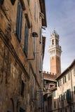 Glockenturm gestaltet durch alte Häuser Lizenzfreies Stockfoto