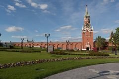 Glockenturm, im Kreml, im im Frühjahr Gras und in blühen, blüht Stockbild