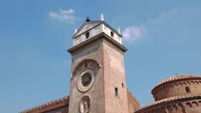 Glockenturm in Marktplatz delle Erbe in Mantua stock footage