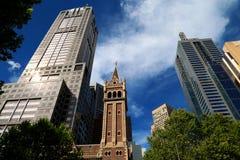 Glockenturm mit Gebäuden im Hintergrund lizenzfreie stockfotografie