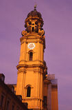 Glockenturm mit purpurrotem Himmel Stockfotos